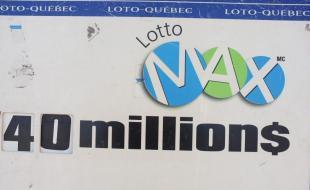 Une affiche de Lotto-Québec pour un tirage de Lotto-Max à Montréal, au Québec. Images de la Presse canadienne / Lee Brown