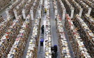 Des employés d'Amazon.com remplissent les rayons d'un centre d'exécution des commandes de la société. (AP Photo/Ross D. Franklin)