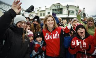 Hayley Wickenheiser, au centre, membre de l'équipe féminine de hockey du Canada et porte-drapeau de l'équipe olympique canadienne aux cérémonies d'ouverture des Jeux olympiques d'hiver 2014, est entourée d'admirateurs lors d'une fête d'adieu tenue à Banff, Alberta, le 11 janvier 2014, en l'honneur d'athlètes canadiens partant pour Sotchi. (Source : LA PRESSE CANADIENNE/Jeff McIntosh)