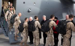 Le 18 mars 2014, le premier ministre Stephen Harper accueille des membres des Forces canadiennes qui rentrent au pays après l'achèvement de la mission du Canada en Afghanistan. (Photo avec l'aimable autorisation du site Web du Premier ministre : http://pm.gc.ca/fra/galerie-photos/pm-harper-accueille-des-membres-des-forces-armees-canadiennes-qui-sont-de-retour-au)
