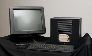 L'ordinateur cubique NeXT sur lequel Sir Tim Berners-Lee a conçu le Web. L'appareil est désormais exposé au Musée des sciences de Londres. (Photo de Geoff Pugh.)