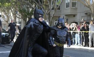 Miles Scott, déguisé en BatKid, marche aux côtés de Batman avant de sauver une demoiselle en détresse à San Francisco, le vendredi 15 nov. 2013. (AP Photo/Jeff Chiu)