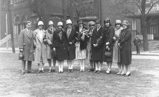 L'équipe de basketball Edmonton Commercial Graduates, alors qu'elle arrive à Toronto le 19 avril 1927 pour la série du championnat canadien qui l'opposait à l'équipe Lakeside. Troisième à partir de la gauche,  Hattie Hopkins, remplaçante; Margaret MacBurney, attaquante vedette; Elsie Bennie, défenseuse; Dorothy Johnson – qui tient des fleurs, la capitaine de l'équipe et la championne du monde du lancer franc; Mildred McCormack, remplaçante; Daisy Johnson, pivot; Kate Macrae, défenseuse; et Marguerite Bailey