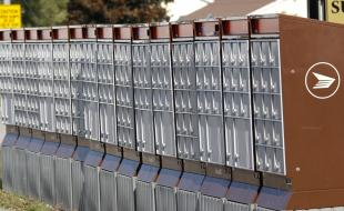 Boîtes postales communautaires de Postes Canada à Trenton, en Ontario, le 14 octobre 2014. (THE CANADIAN PRESS IMAGES/Larry MacDougal)