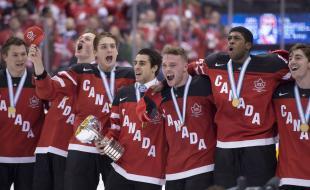 Le 5 janvier, à Toronto, l'équipe du Canada célèbre sa victoire contre celle de la Russie à la fin du match pour la médaille d'or du championnat mondial de hockey junior. (LA PRESSE CANADIENNE/Frank Gunn)