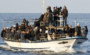 ARCHIVES – Dans cette photo de 2011, une embarcation transportant des migrants est aperçue au large de Lampedusa, Italie. (AP Photo/Antonello Nusca, archives)