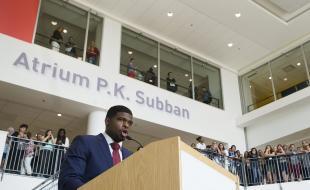 Le défenseur des Canadiens de Montréal P.K. Subban s'exprime lors d'une conférence de presse tenue à l'Hôpital de Montréal pour enfants, où il a annoncé que sa fondation s'engageait à donner 10 millions de dollars à l'hôpital. (IMAGES DE LA PRESSE CANADIENNE/Graham Hughes)