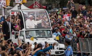 Le pape François salue la foule depuis sa papamobile le long du Benjamin Franklin Parkway à Philadelphie, aux É.-U., le 27 septembre 2015, où il va célébrer la messe. (Photo avec l'aimable permission de EPA/ANDREW BURTON / POOL.)