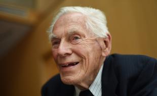 Fred Roots, à 93 ans, durant une pause d'une réunion du conseil d'administration de Students on Ice. (Fred Lum/The Globe and Mail)