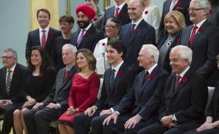 Le gouverneur général David Johnston se joint au Premier ministre Justin Trudeau et à son tout nouveau conseil des ministres pour la prise de photos à Rideau Hall, à Ottawa, le 4 novembre 2015. (LA PRESSE CANADIENNE/Sean Kilpatrick)