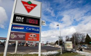 Les prix des divers types d'essence à une station-service Canadian Tire de Kingston, Ontario, le 27 janvier 2016. (THE CANADIAN PRESS IMAGES/Lars Hagberg)