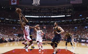Le 27 mai 2016, à Toronto, l'arrière des Raptors Kyle Lowry (7) est victime d'une faute du pivot des Cavaliers de Cleveland Tristan Thompson (13) durant la deuxième mi-temps de la série finale de la Conférence de l'Est de la NBA. (LA PRESSE CANADIENNE/Nathan Denette)
