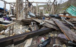 Des souliers éparpillés parmi les décombres d'une maison détruite par l'ouragan Matthew, à Port-à-Piment, Haïti, le 19 octobre. (AP Photo/Dieu Nalio Chery)
