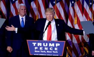Donald Trump, avec son colistier Mike Pence, s'adresse à des partisans à New York, le 9 novembre 2016. (Dennis Van Tine/ABACAPRESS.COM)