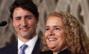 Le premier ministre Justin Trudeau regarde l'ancienne astronaute et notre prochaine gouverneure générale, Julie Payette, s'adresser aux journalistes à Ottawa, le 13 juillet 2017. (LA PRESSE CANADIENNE/Fred Chartrand)