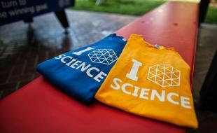 Les t-shirts des finalistes de l'expo-sciences Google 2013. (Photo courtoisie de Google Science Fair.)