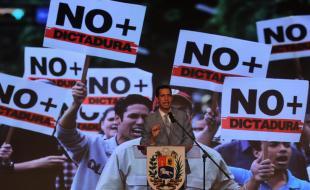 Juan Guaido parle à l'université centrale du Venezuela (UCV), à Caracas, au Venezuela, le 8 février 2019. (EPA/MIGUEL GUTIERREZ)