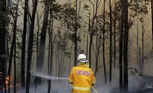 Un pompier gère un incendie contrôlé près de Tomerong, en Australie, le 8 janvier 2020. (Photo AP/Rick Rycroft)