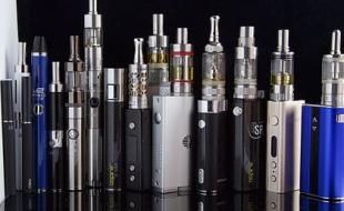 Assortiment de cigarettes électroniques. (Photo par le biais de Wikipedia.)