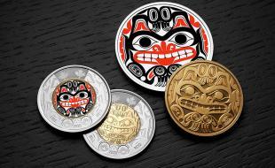 la pièce de deux dollars qui rend hommage à Bill Reid. (Monnaie royale canadienne.)