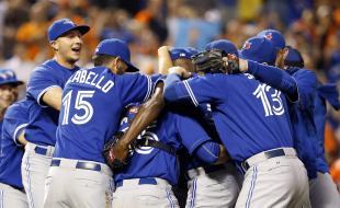 Des membres des Blue Jays de Toronto éclatent de joie après avoir gagné leur premier match de baseball d'une série de deux contre les Orioles de Baltimore le 30 septembre 2015 à Baltimore. En gagnant ce match 15-2, Toronto a remporté la division est de la Ligue américaine (Photo AP / Patrick Semansky.)