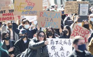 Des gens assistent à une manifestation contre le racisme anti-asiatique à Montréal, le dimanche 21 mars 2021. Photo de La Presse canadienne / Graham Hughes