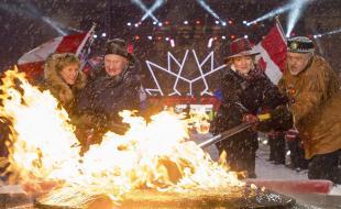 Sharon Johnston (à gauche), le gouverneur général David Johnston, la ministre du Patrimoine canadien Mélanie Joly et l'aîné autochtone Albert Dumont rallument la Flamme du centenaire sur la Colline du Parlement à Ottawa, le samedi 31 déc. 2016, soit la veille du Jour de l'An. Le Canada célèbre, en 2017, le 150e anniversaire de la Confédération. (LA PRESSE CANADIENNE/Justin Tang)