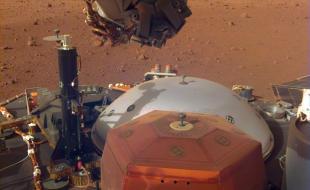 Cette image provenant de l'appareil photo de la zone de déploiement des instruments monté sur le bras robotique d'InSight montre les instruments sur le pont de la sonde, avec la surface martienne de l'Elysium Planitia en arrière-plan. Cette image a été prise le 4 décembre 2018 (Sol 8). Crédit : NASA/JPL-Caltech