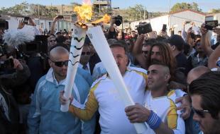 Ibrahim Al-Hussein, un réfugié de la guerre de Syrie, a porté la flamme olympique à Athènes. (Getty Images/Milos Bicanski)