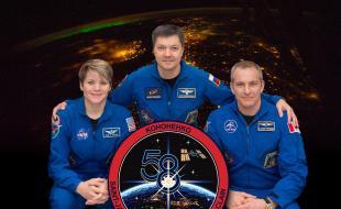 Le portrait officiel de l'équipage d'Expedition avec (à partir de la gauche) l'astronaute de la NASA Anne McClain, le cosmonaute du Roscosmos Oleg Kononenko et l'astronaute David Saint-Jacques de l'Agence spatiale canadienne.