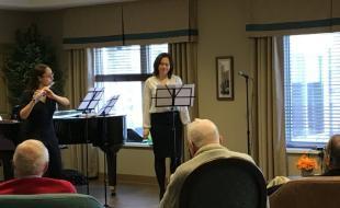 Ivy Manouchehri et Kristal Daniels jouant pour les résidents à la maison de retraite Oakcrossing à London, en Ontario. (Photo d'Abby Plener via cbc.ca)