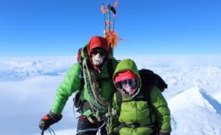 Naomi Prohaska au sommet du mont Logan, en compagnie de son père.