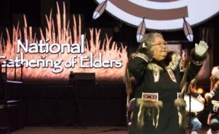 L'aînée d'Inuvik Lillian Elias prend part à une cérémonie au Rassemblement national des aînés, tenu à Edmonton du 11 au 14 septembre 2017. (Laurie Buffalo)