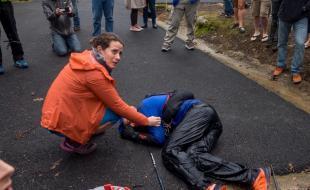 Gary Robbins, accompagné par sa femme Linda Barton-Robbins, s'effondre après avoir terminé les Marathons de Barkley 2017. (Michael Doyle/Canadian Running Magazine)